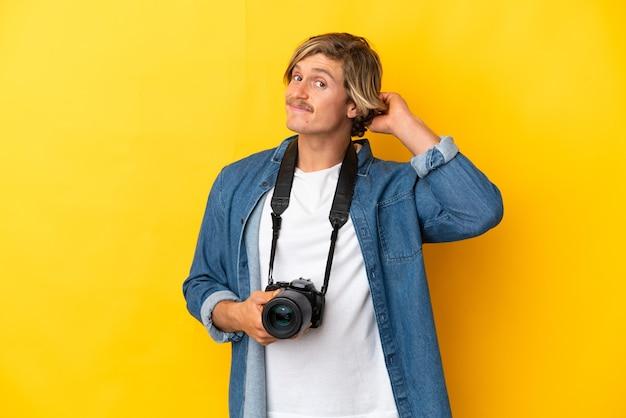 Młody fotograf mężczyzna na białym tle wątpliwości