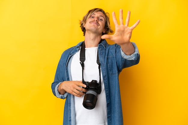 Młody fotograf mężczyzna na białym tle