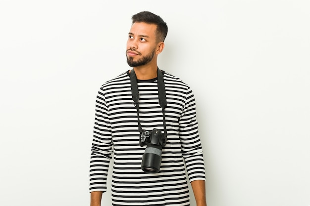 Młody fotograf z azji południowej, marzący o osiągnięciu celów i zamierzeń