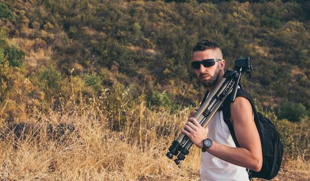 Młody fotograf z brodą