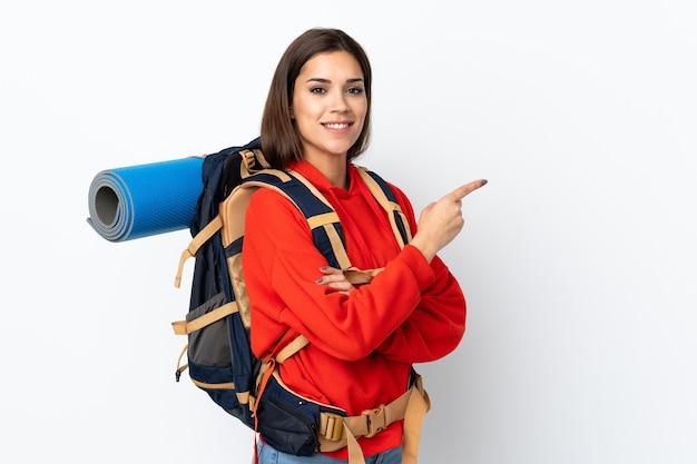 Młody góral kaukaski dziewczyna z dużym plecakiem