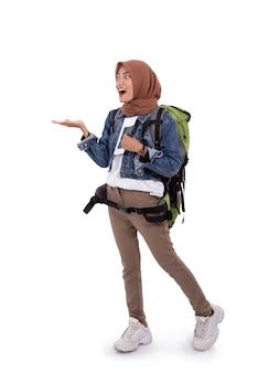 Młody hidżab kobieta uśmiech, trzymając bilet i paszport stojący stojący spojrzeć na kamery