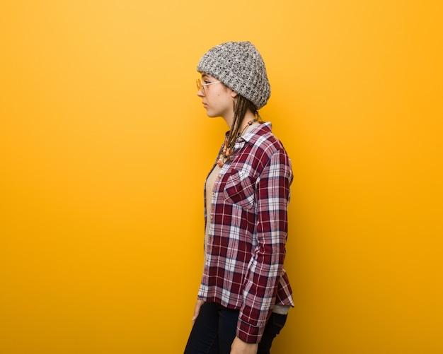 Młody hipis naturalna kobieta z boku patrząc do przodu