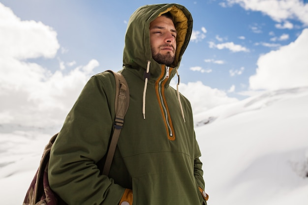 Młody hipster człowiek piesze wycieczki w góry, podróże zimowe wakacje