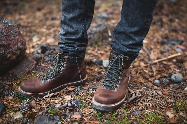 Młody hipster mężczyzna, piesze wycieczki w dzikiej przyrody, ferie zimowe
