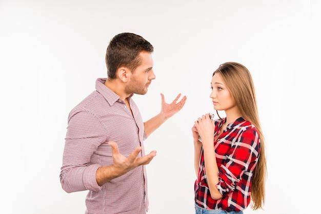 Młody hipster para kłóci się