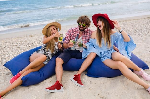 Młody hipster towarzystwo przyjaciół na wakacjach