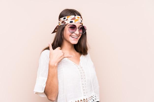 Młody hipter kaukaski kobieta na białym tle pokazano gest połączenia telefonu komórkowego palcami.