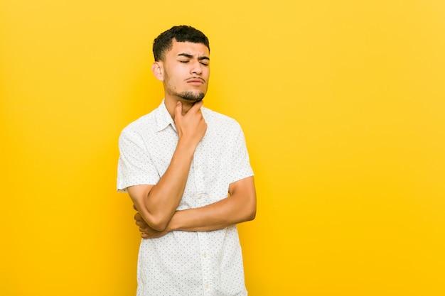 Młody hiszpanin cierpi na ból gardła z powodu wirusa lub infekcji.