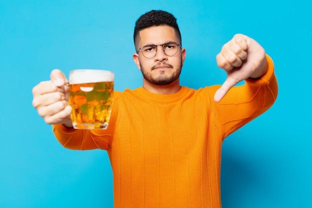 Młody hiszpanin smutny wyraz twarzy i trzymający piwo