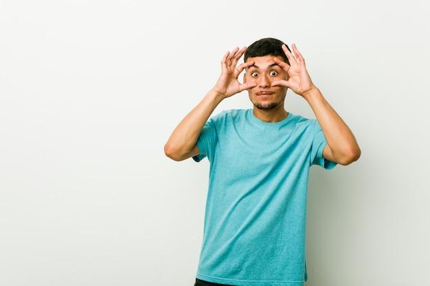 Młody hiszpanin z otwartymi oczami, aby znaleźć szansę na sukces.