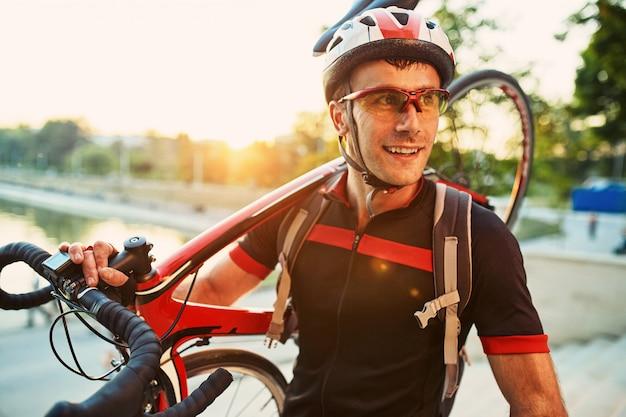 Młody i energiczny rowerzysta w parku