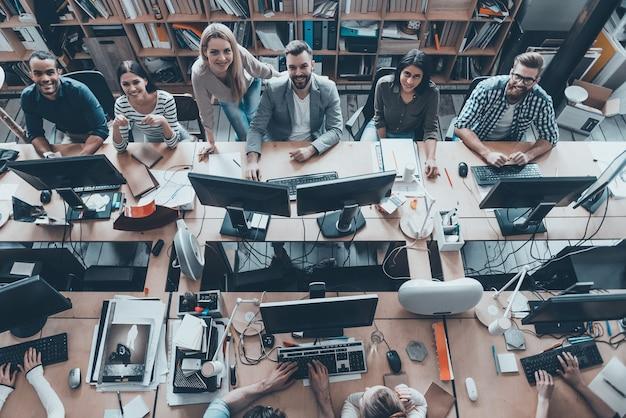 Młody i odnoszący sukcesy. spotkanie zespołu biznesowego w biurze