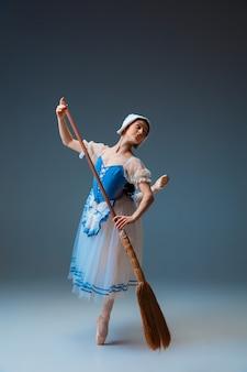 Młody i pełen wdzięku tancerz baletowy jako postać z bajki.