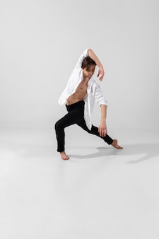 Młody i pełen wdzięku tancerz w minimalistycznym stylu czarno na białym