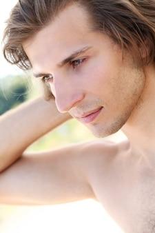 Młody i przystojny facet na plaży