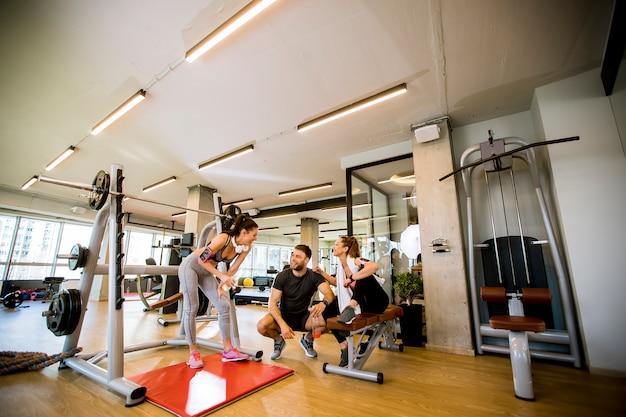 Młody i sprawny zespół fitness na siłowni