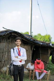 Młody indyjski bankier odwiedza rolnika w domu