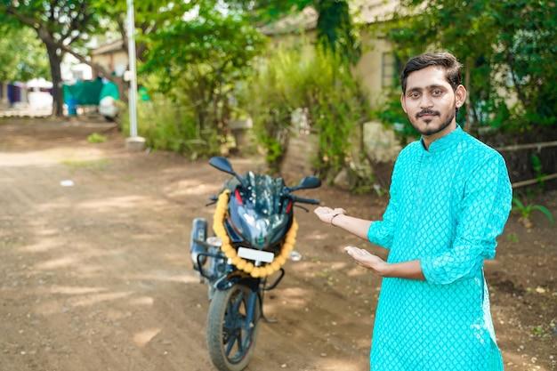 Młody indyjski chłopiec z nowym rowerem
