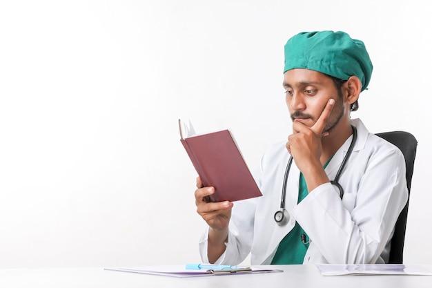 Młody indyjski lekarz czyta pamiętnik w klinice