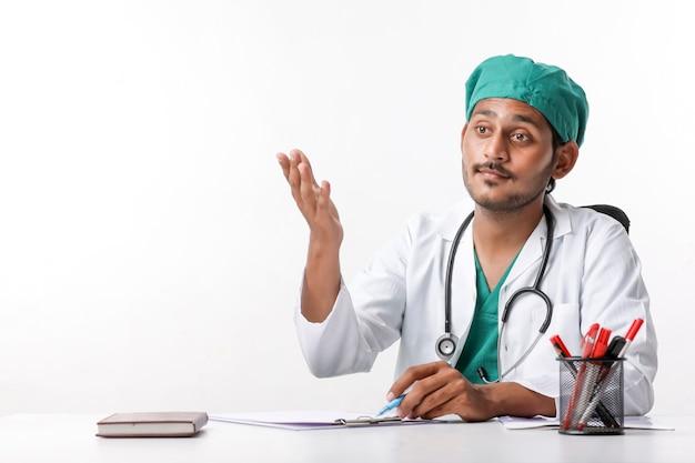 Młody indyjski mężczyzna lekarz pokazując wyrażenie w klinice.