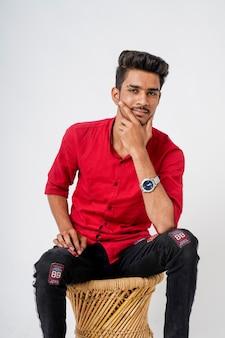 Młody indyjski mężczyzna pokazano wyrażenie