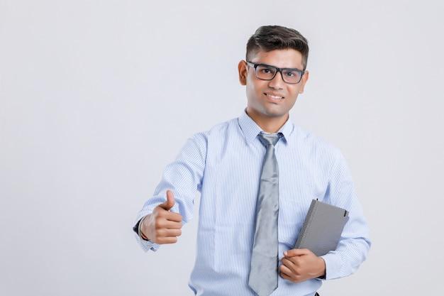 Młody indyjski mężczyzna pokazuje łomot w górę