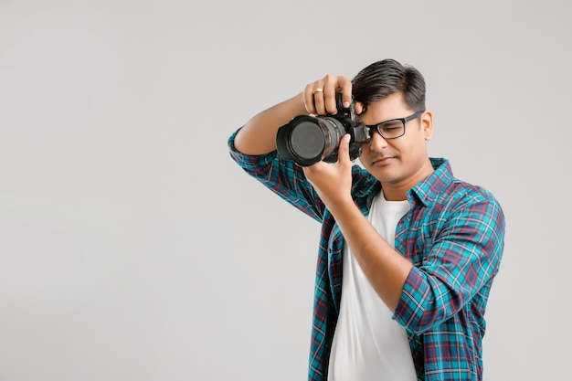 Młody indyjski mężczyzna przechwytuje zdjęcie z kamerą