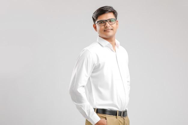 Młody indyjski mężczyzna stojący