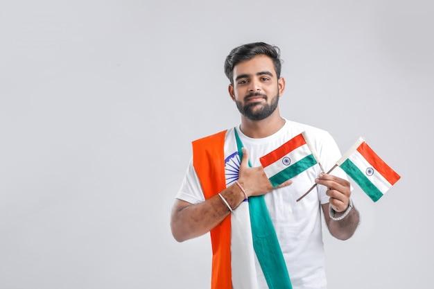 Młody indyjski mężczyzna z indianin flaga