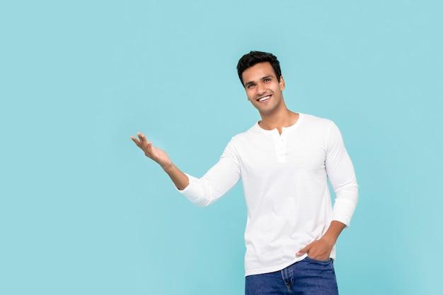 Młody indyjski mężczyzna z otwartej dłoni