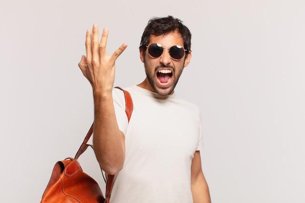 Młody indyjski podróżnik człowiek zły wyraz
