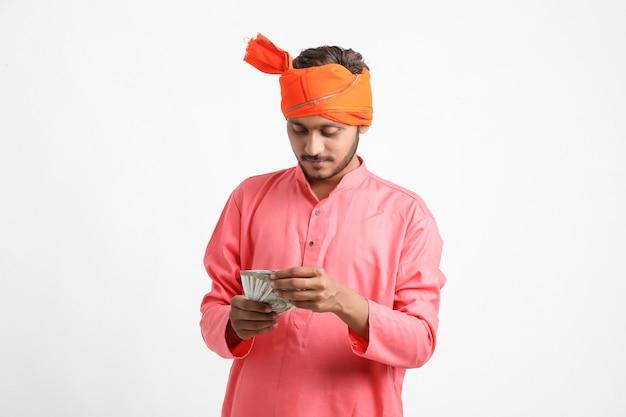 Młody indyjski rolnik pozuje z walutą