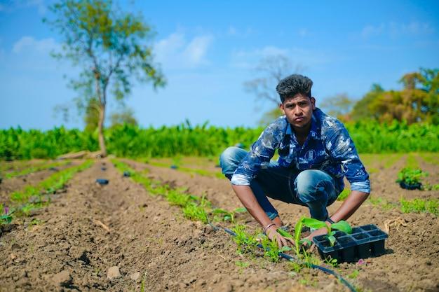 Młody indyjski rolnik przy banana polem