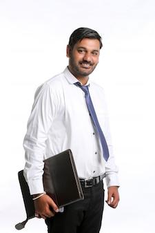 Młody indyjski student lub oficer trzymający plik w ręku