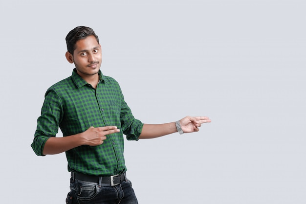 Młody indyjski student wskazujący kierunek