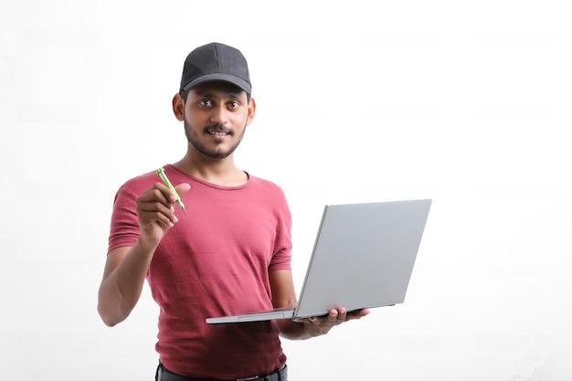 Młody indyjski technik lub inżynier naprawia sprzęt elektroniczny