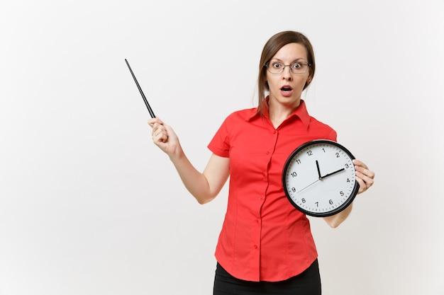 Młody inteligentny biznes nauczyciel kobieta w czerwonej koszuli okulary trzymając okrągły zegar, drewniane klasie wskaźnik na miejsce na białym tle. nauczanie edukacji w koncepcji uniwersytetu liceum.