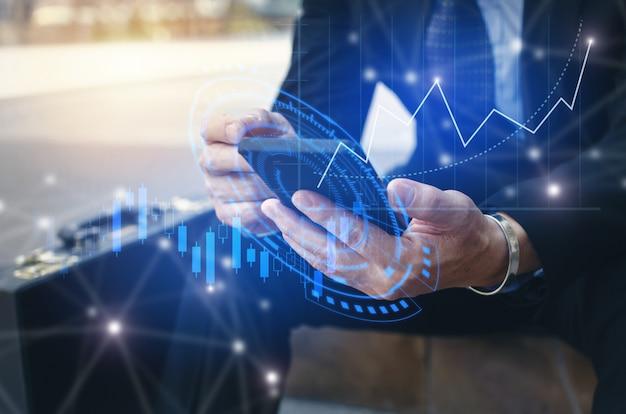 Młody inwestor lub biznesmen za pomocą telefonu komórkowego