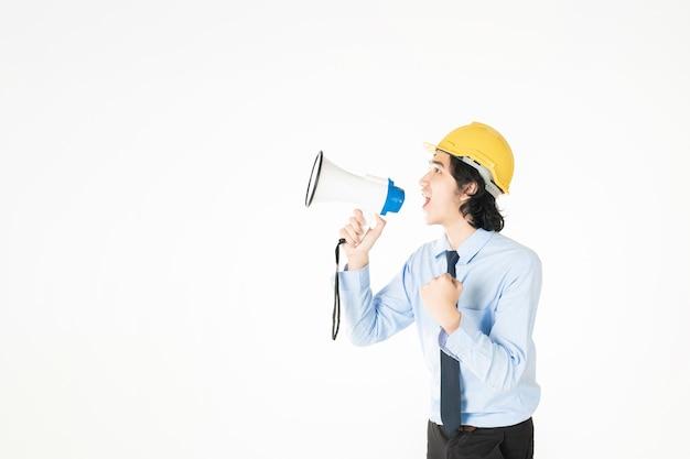 Młody inżynier mówi z megafonem