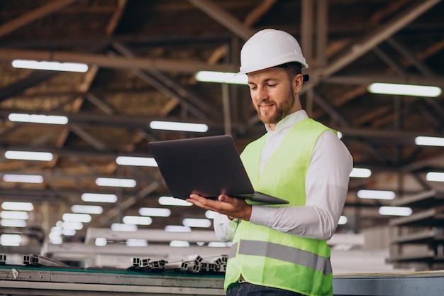 Młody inżynier pracujący w fabryce