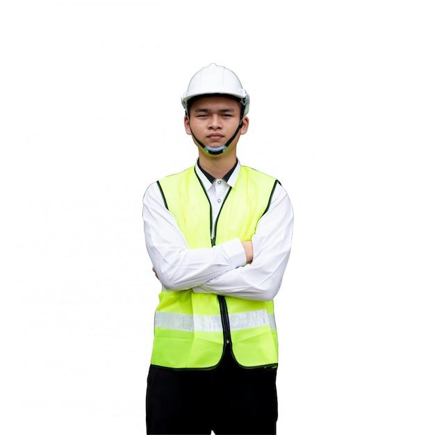 Młody inżynier uśmiecha się samodzielnie na białym tle z clipingpath.