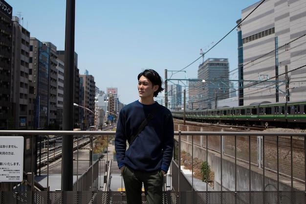 Młody japończyk na zewnątrz
