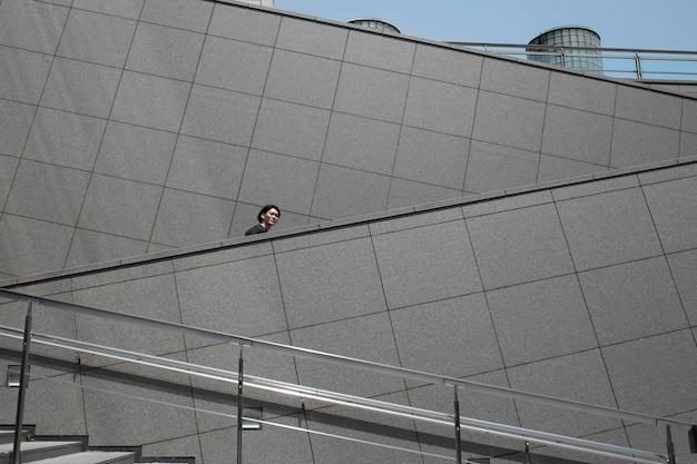 Młody japończyk spędzający czas na świeżym powietrzu