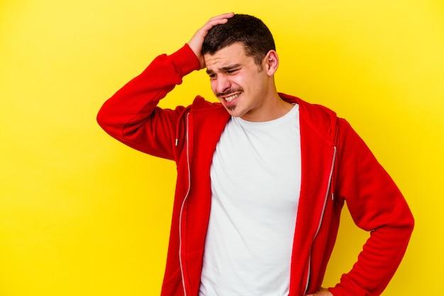 Młody kaukaski fajny mężczyzna na białym tle na żółtym tle świętuje zwycięstwo, pasję i entuzjazm, szczęśliwy wyraz.