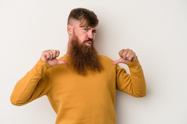Młody kaukaski imbir z długą brodą na białym tle czuje się dumny i pewny siebie, przykład do naśladowania.