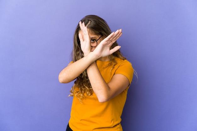 Młody kaukaski kobieta gest stop na białym tle
