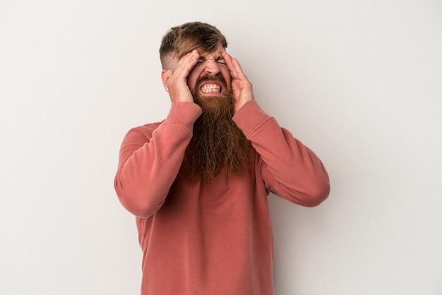 Młody kaukaski mężczyzna imbir z długą brodą na białym tle dotykając świątyń i mając ból głowy.