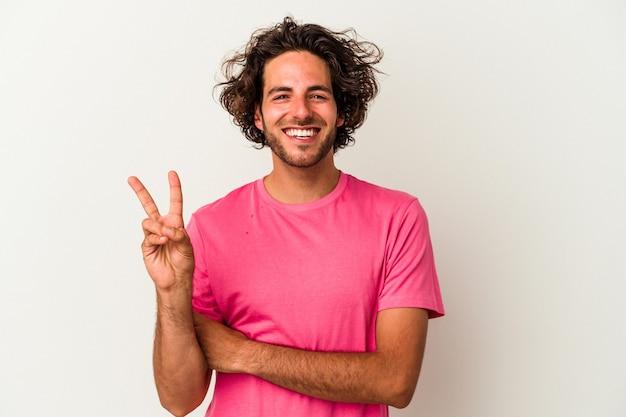 Młody kaukaski mężczyzna na białym tle na białym tle pokazując numer dwa palcami.