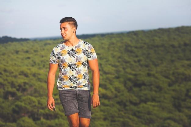 Młody kaukaski mężczyzna na szczycie wydmy dune de pila w arcachon, aquitanie, francja.